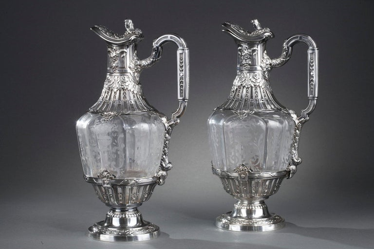 Pair of crystal ewer and silver mounted. The crystal is engraved with floral baskets or baskets of flowers. The top of the ewers is finely chiseled with floral motifs and grapefruit. The beak is closed by a lid whose grip is decorated with a floral
