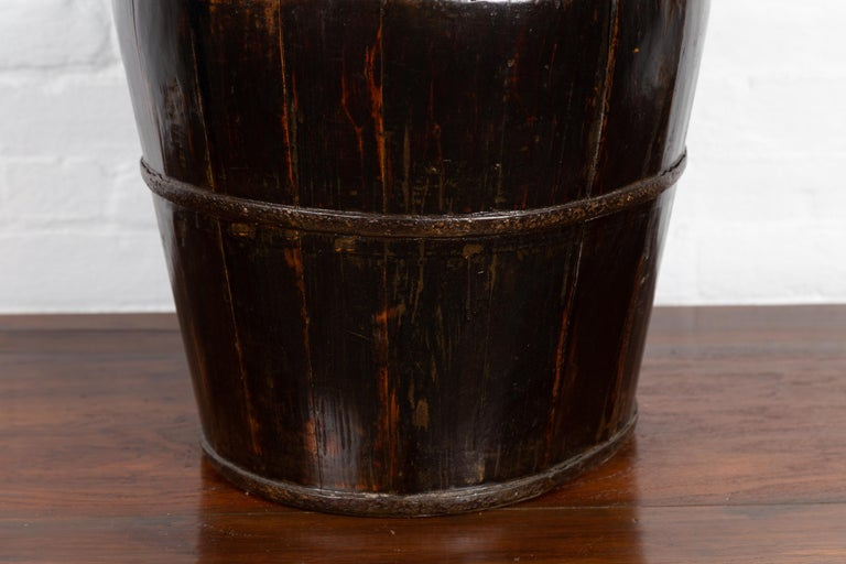19th Century Southern Chinese Wooden Bucket with Large Handle and Metal Accents For Sale 2