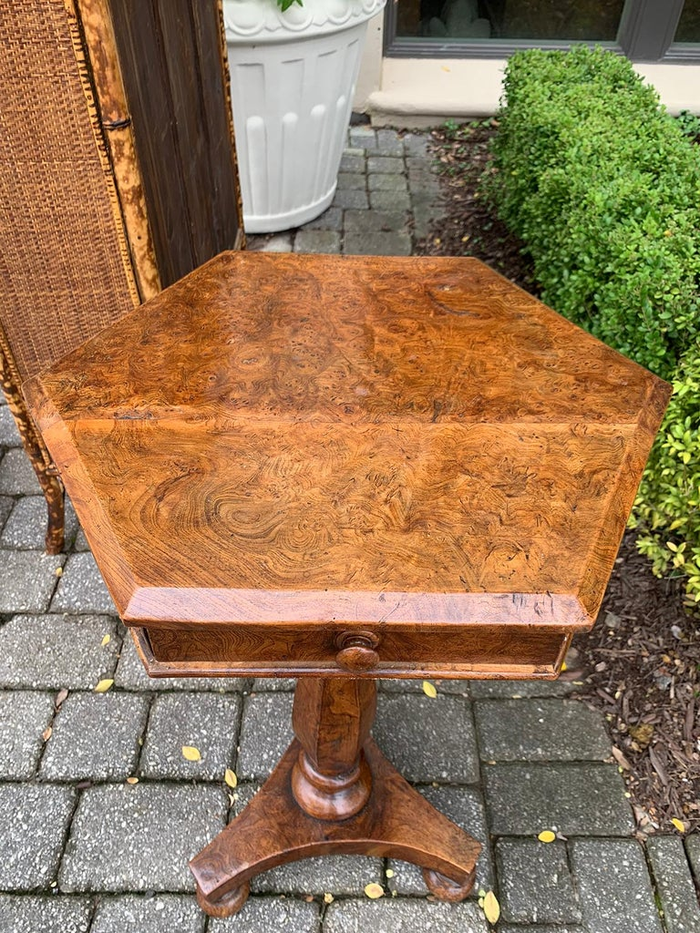 19th Century William IV Burled Walnut Octagonal Top Table In Good Condition For Sale In Atlanta, GA