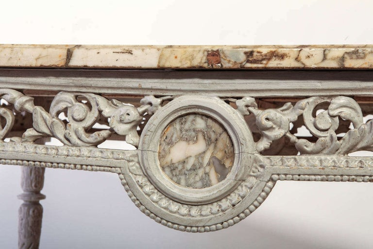 19th French Century Ivory Painted Center Table with a Marble Top In Good Condition For Sale In Rome, IT