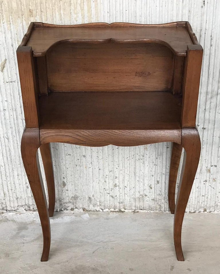 A French Louis XV style 19th century wooden bedside table with three-quarter gallery, open shelf and cabriole legs. This French Louis XV style 'table de chevet' features a rectangular top surrounded by a three-quarter gallery, sitting above an open
