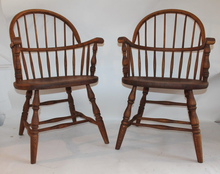Country pair of amazing American Windsor chairs that provide great comfort and style. Condition is excellent. These beautiful oak Windsors have great wear and patina due to age and use. These have been tested for strength and stability. These early