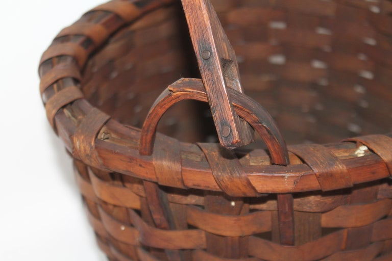 19Thc New England Swing Handled Basket In Good Condition For Sale In Los Angeles, CA