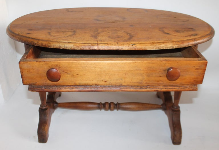 American 19th Century Pine Oval Coffee / Side Small Table For Sale