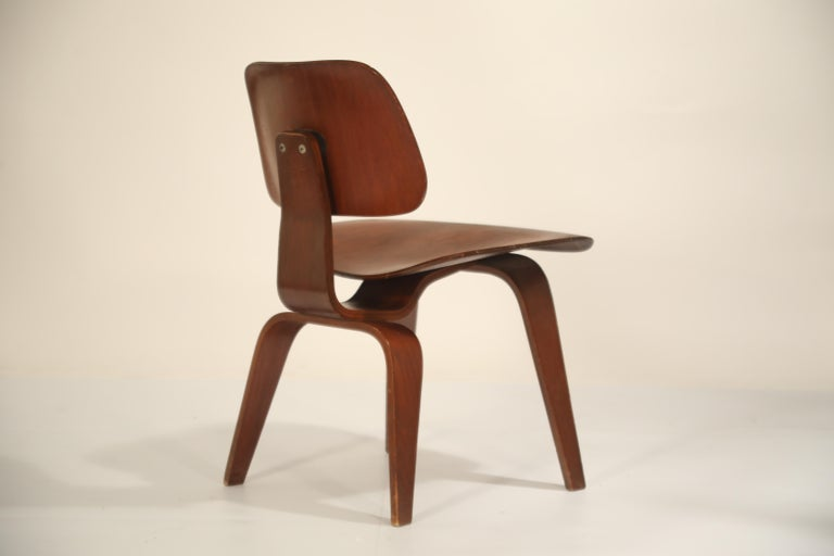 Mid-Century Modern 1st Generation Charles Eames for Evans Products Company DCW Chair, 1947, Signed For Sale