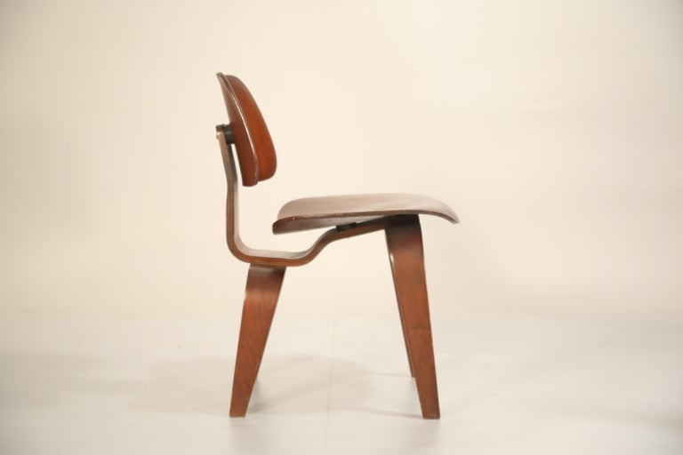1st Generation Charles Eames for Evans Products Company DCW Chair, 1947, Signed In Good Condition In Los Angeles, CA