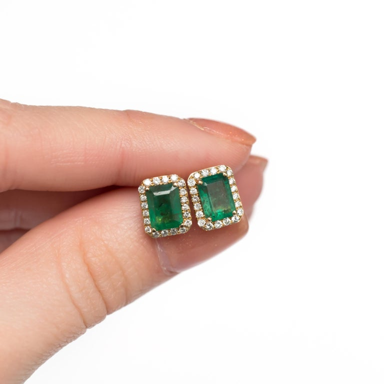 Women's or Men's 2.00 Carat Total Weight Emerald Yellow Gold Earring For Sale