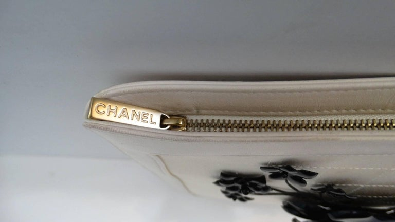 2000s Chanel Camellia Cream Leather Wristlet  In Excellent Condition For Sale In Scottsdale, AZ