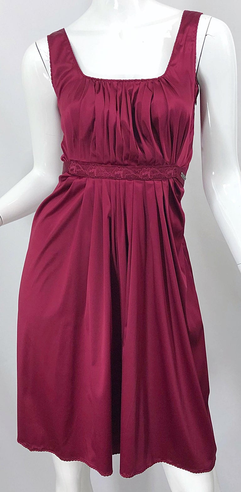 2000s John Galliano Sz 42 (US 6 / 8) Burgundy Silk Feather Brooch Babydoll Dress In Excellent Condition For Sale In Chicago, IL