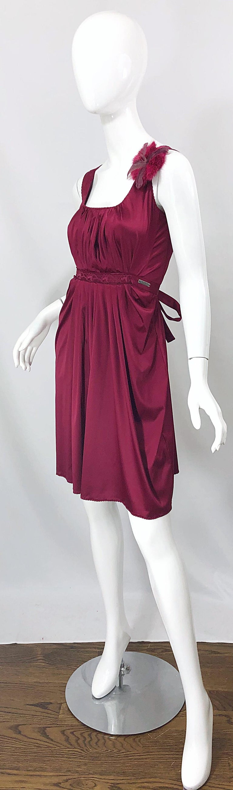 Women's 2000s John Galliano Sz 42 (US 6 / 8) Burgundy Silk Feather Brooch Babydoll Dress For Sale