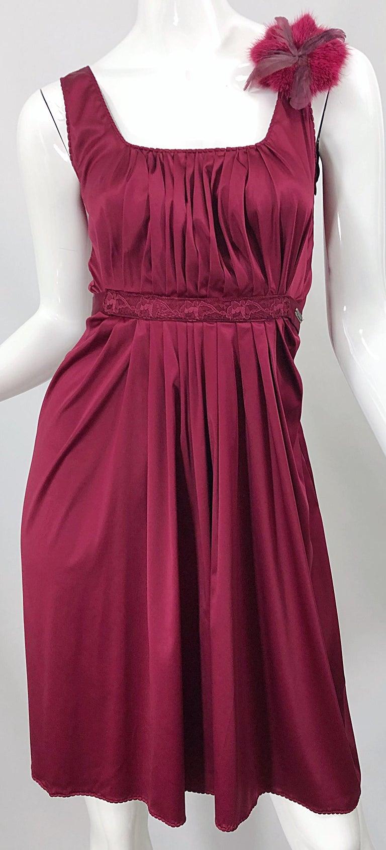 2000s John Galliano Sz 42 (US 6 / 8) Burgundy Silk Feather Brooch Babydoll Dress For Sale 2