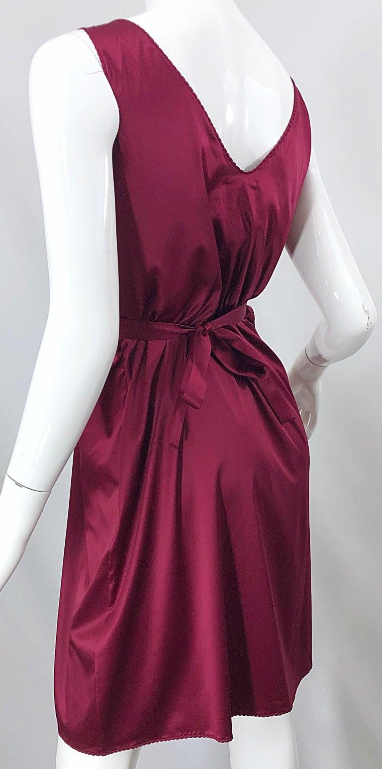 2000s John Galliano Sz 42 (US 6 / 8) Burgundy Silk Feather Brooch Babydoll Dress For Sale 3