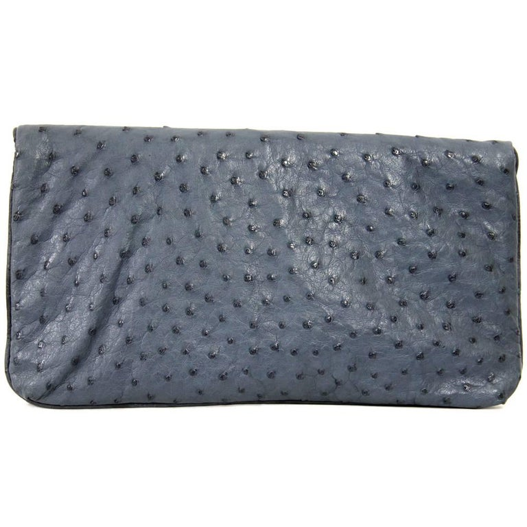 Indulge in this luxurious Loro Piana clutch in super soft steel blue ostrich leather. It feature a press-stud closure and a secret internal zip pocket. Good conditions.  Measurements: 28 cm x 15 cm