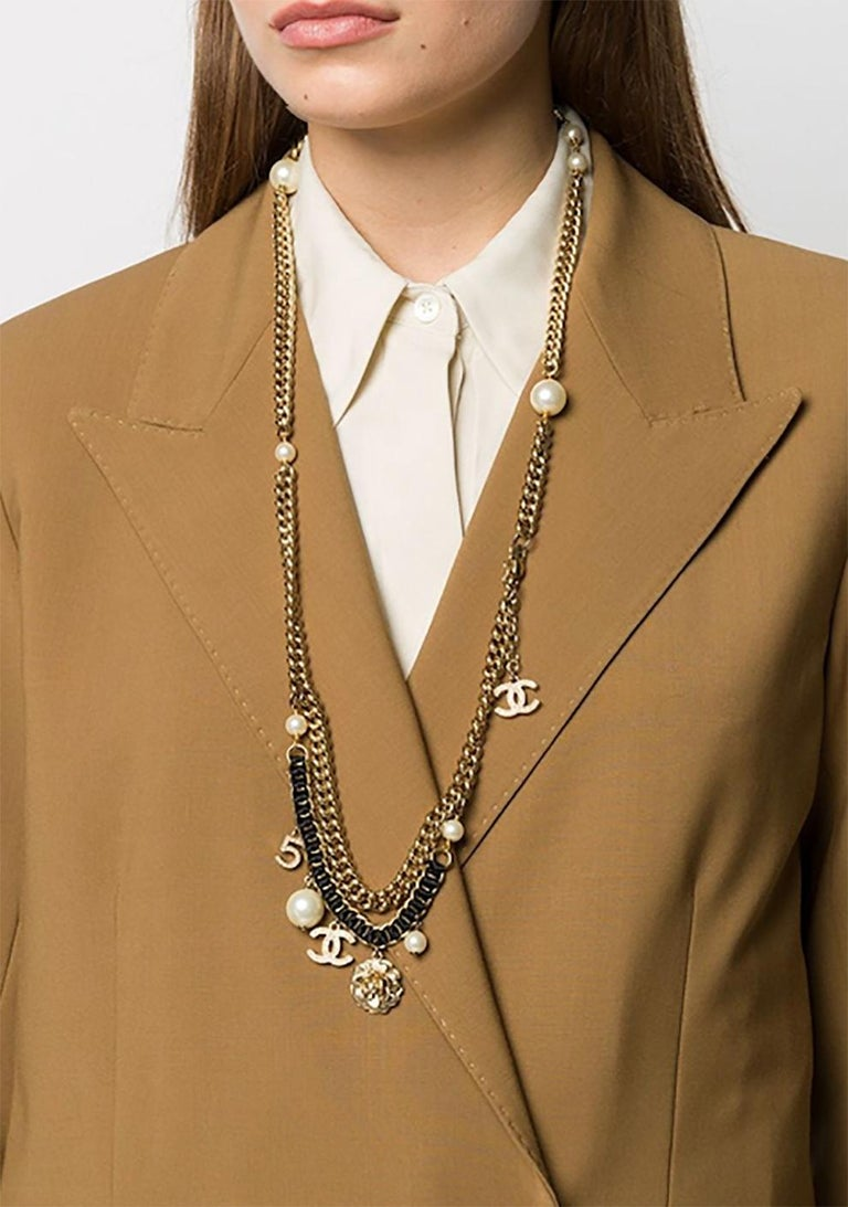 2003s Chanel Logo charms and Pearls Necklace In Excellent Condition For Sale In Paris, FR