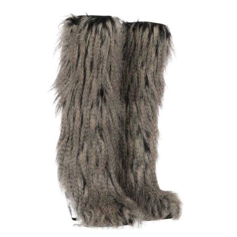 2010s Chanel Faux Fur Boots In Good Condition For Sale In Lugo (RA), IT
