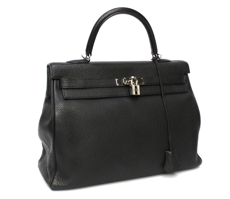 Fantastic Hermès Kelly model bag made of black textured leather with silver hardware. Closure with classic straps. The bag is in good condition, equipped with its original dustbag. Don't miss it.