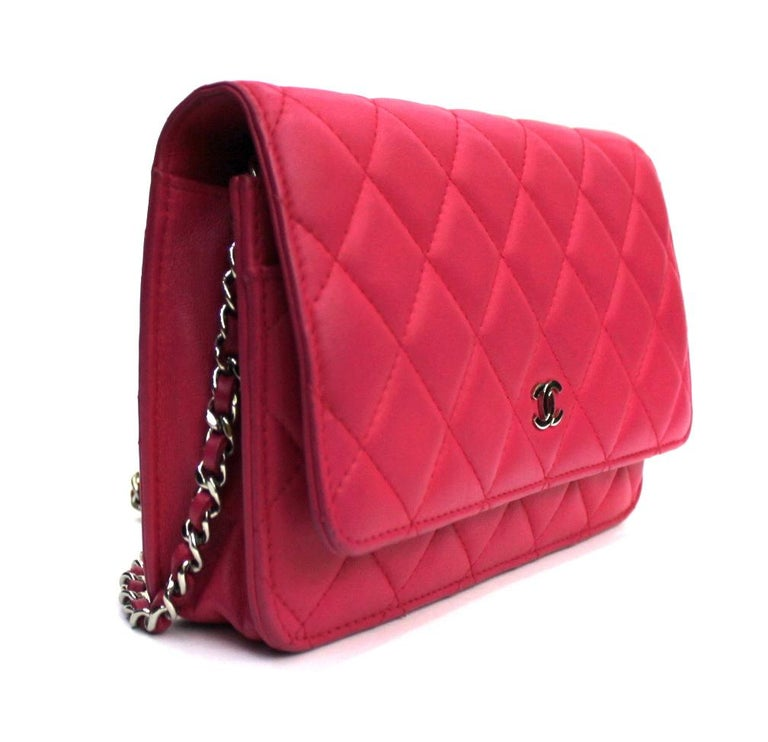 Superb Woc by Chanel made of fuchsia lambskin. Equipped with a leather and chain latch. Button closure, internally equipped with compartments and zippered pocket. This wonder is presented in excellent condition.