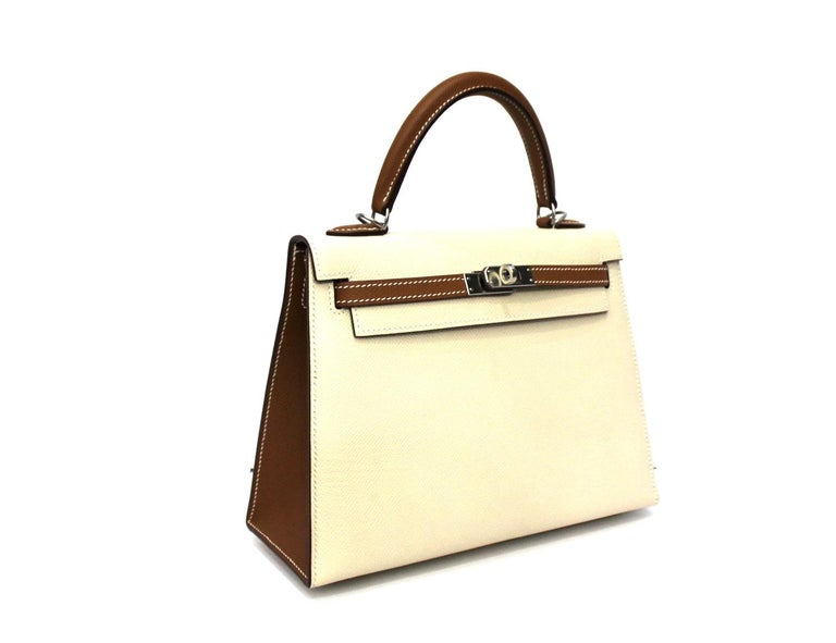 Superb Hermès bag model Kelly 25 cm made of beige and camel leather with silver hardware. Equipped with top handle and removable shoulder strap. Closing with classic Hermès hook, internally quite large. Equipped with its dust-bag and its original