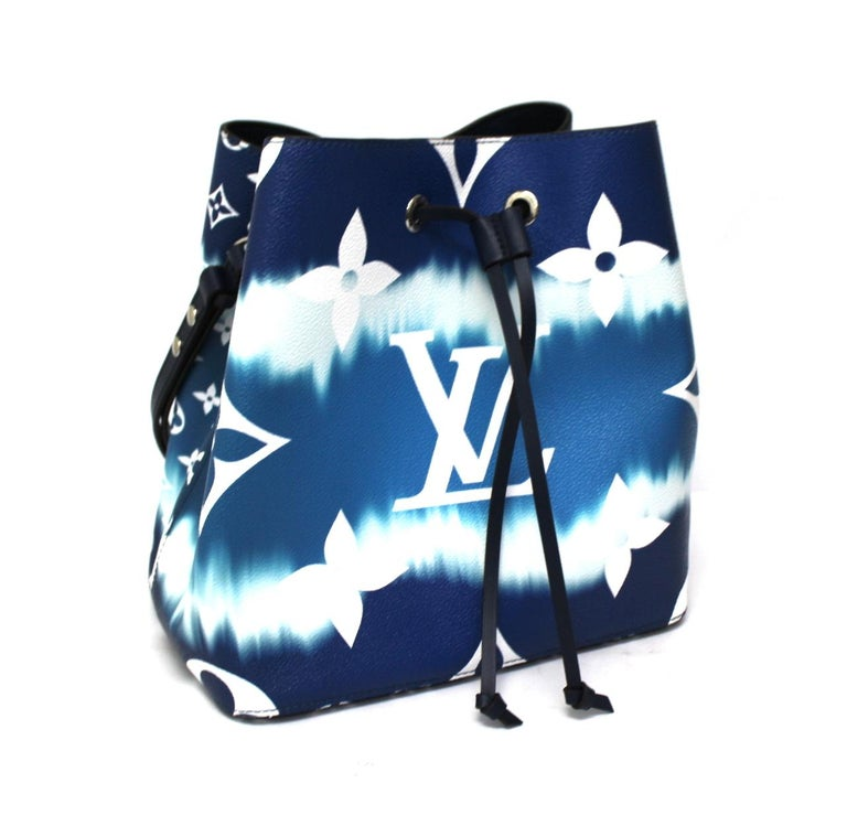 Fabulous Louis Vuitton bag made in the new Monogram Escale canvas in shades of blue and white with silver hardware. Closure with laces, internally quite roomy and equipped with a zip pocket. The bag is equipped with a removable leather shoulder