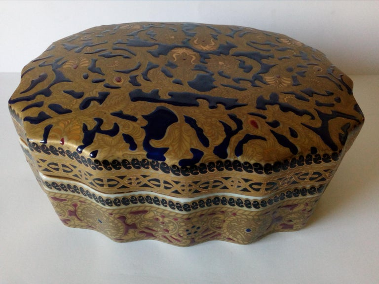 20th century copy of antique Ming porcelain, gold decoration, relized 1920 Gold ornaments in mat and shining gold It bears a trademark on the base Measure: Width 23 cm Depth 18 cm Height 9 cm.