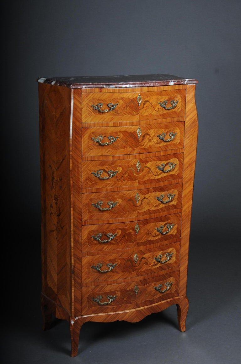 20th century beautiful high chest of drawers / chiffoniere in Louis XV wood veneer with marquetry. So-called men's chest of drawers with 7 drawers for 7 days of the week. Various fine woods veneered on oakwood, elegant piece of furniture with a