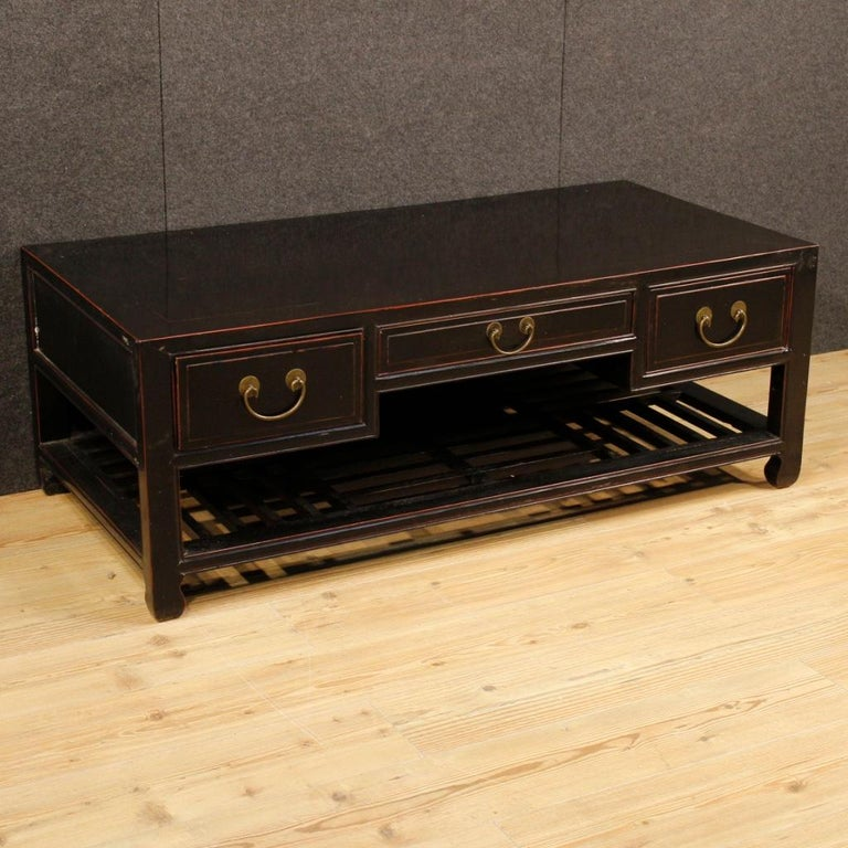 Chinese coffee table from 20th century. Furniture in carved and lacquered wood of pleasant decor. Coffee table finished for the center equipped with three drawers of excellent capacity and top of good service. Furniture ideal also to be used as a TV