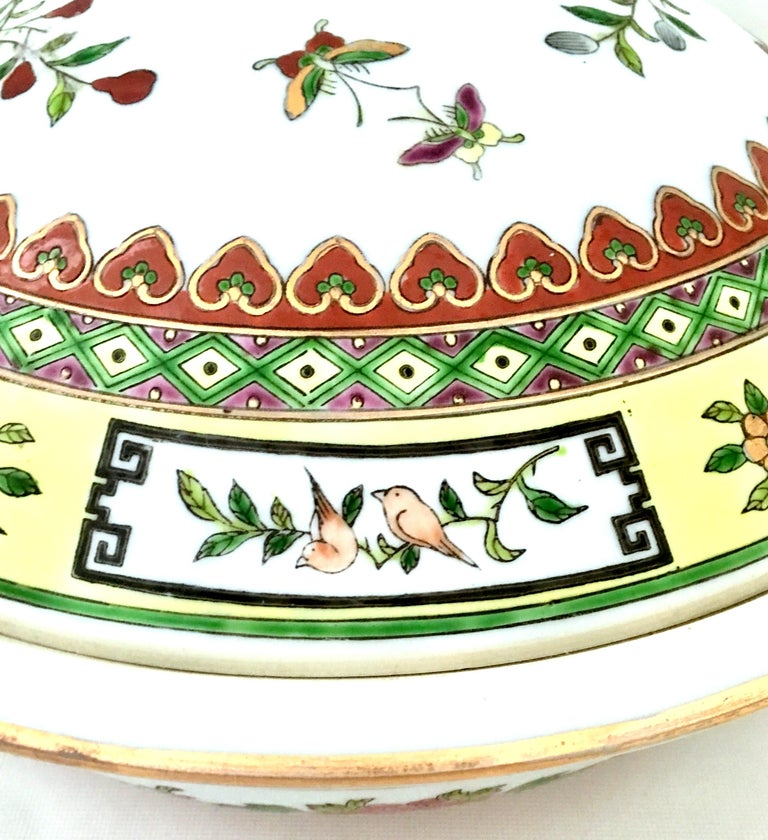 20th Century Chinese Export Hand-Painted Porcelain Enamel & Gold Lidded Tureen In Good Condition For Sale In West Palm Beach, FL