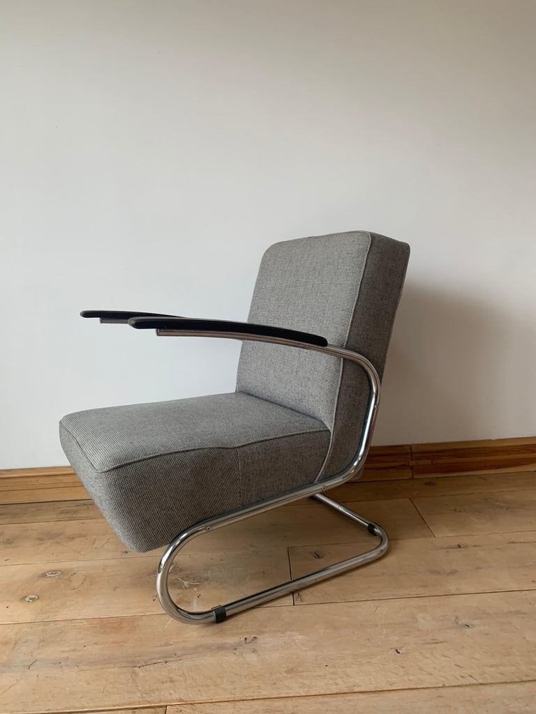The outstanding properties of this armchair are elegance, timelessness and exceptional seating comfort. Added is a lightness that only a cantilever model can have. Designed in 1932 by the Thonet design team. Undoubtedly one of the icons of modernist