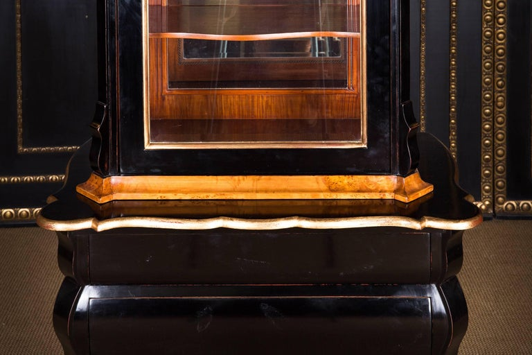 20th Century, Display Cabinet in Dutch Baroque Style Maple Root Veneer For Sale 1