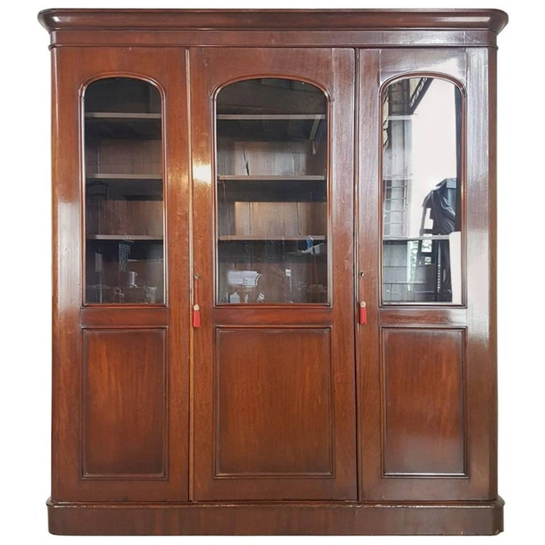20th Century English Mahogany Wood Bookcase For Sale At