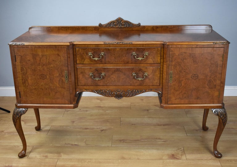 20th Century English Queen Anne Style Burr Walnut Dining Suite In Good Condition For Sale In Chelmsford, Essex