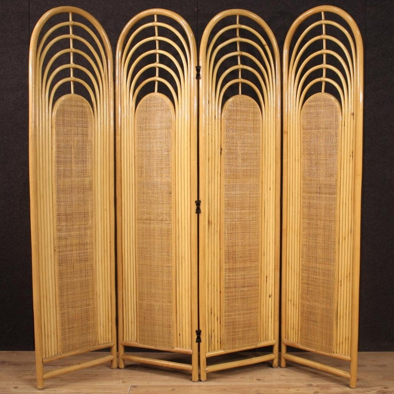 Italian design screen from the 1970s-1980s. Furniture in exotic wood and woven wood formed by four panels with a length of 46 cm each. Screen finished for the center of beautiful size and pleasant decor, for antique dealers and interior designers.