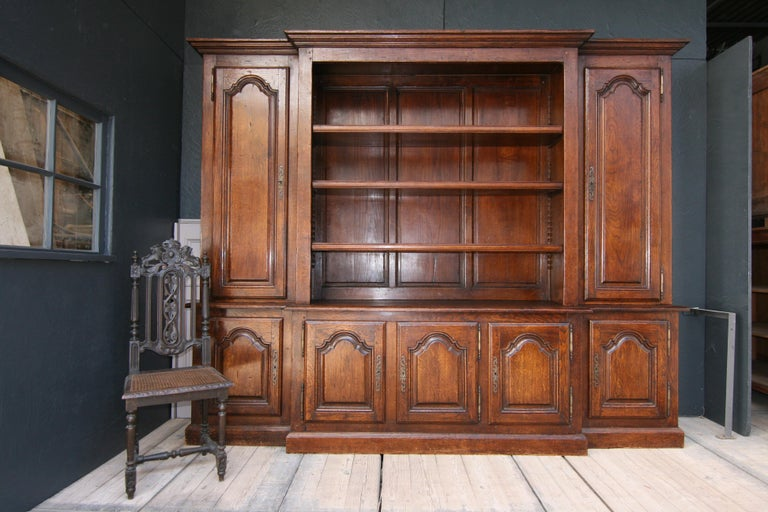 20th Century French Bookcase Cabinet Made of Oak In Good Condition For Sale In Dusseldorf, DE