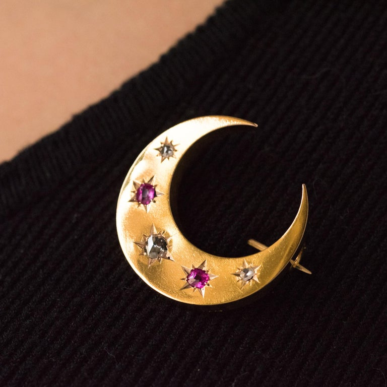 20th Century French Diamonds Ruby 18 Karat Yellow Gold Moon Brooch In Good Condition For Sale In Poitiers, FR