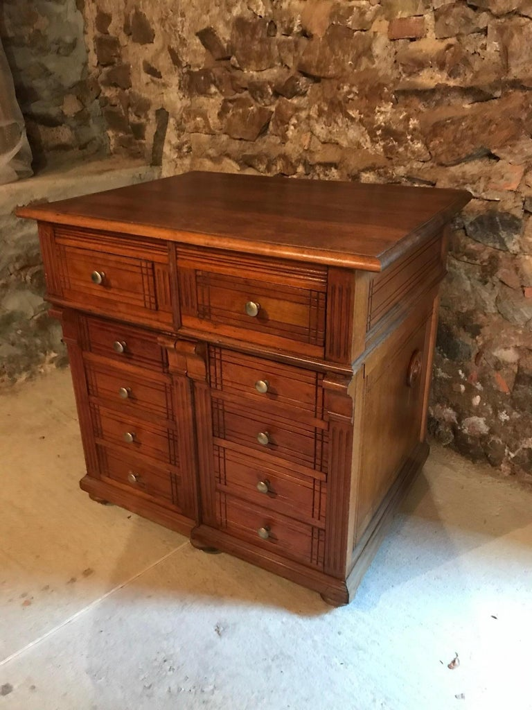 Very nice 20th century French Pitchpin chest of drawers from the 1920s. Good quality and condition. Oak top.