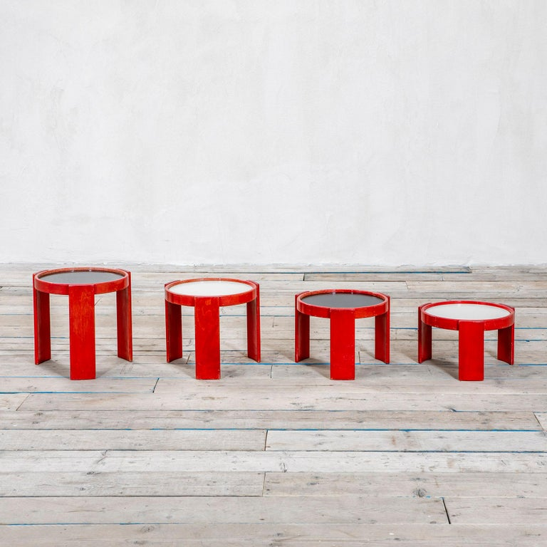 A series that becomes an emblem of the design of the 1960s, an era strongly oriented towards optimism and experimentation in the search for absolute functionality. The proposal designed by Gianfranco Frattini includes four low tables, characterized