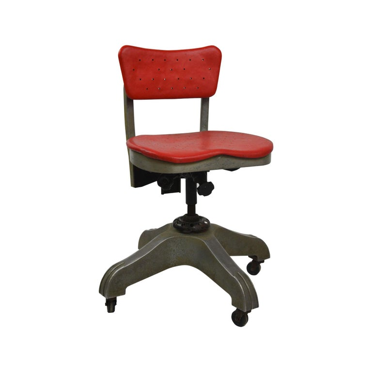 Office swivel chair with castors drawn at the end of 1930s by the Italian father of design, Gio Ponti. The chair was designed for the Company Montecatini, set in Milan and produced by Kardex. The Chair is original in all its parts and has its own