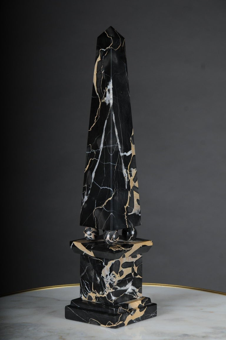 Imposanter und massiver Malachit-Steinturm in Form einer quadratischen Basis mit einem langen, sich verjüngenden rechteckigen Körper, der ebenfalls mit einer Pyramide endet.  Black basic tone with white / beige marbling.  (T-53).