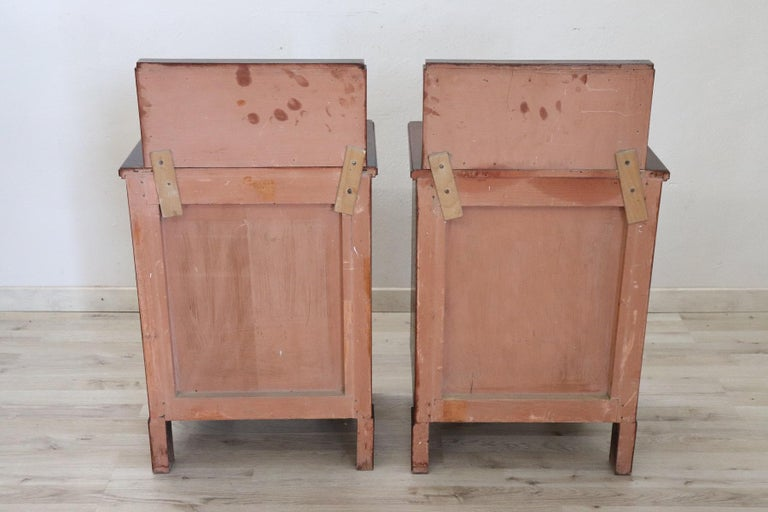 20th Century Italian Art Deco Walnut Inlaid Pair of Nightstands with Marble Top For Sale 1