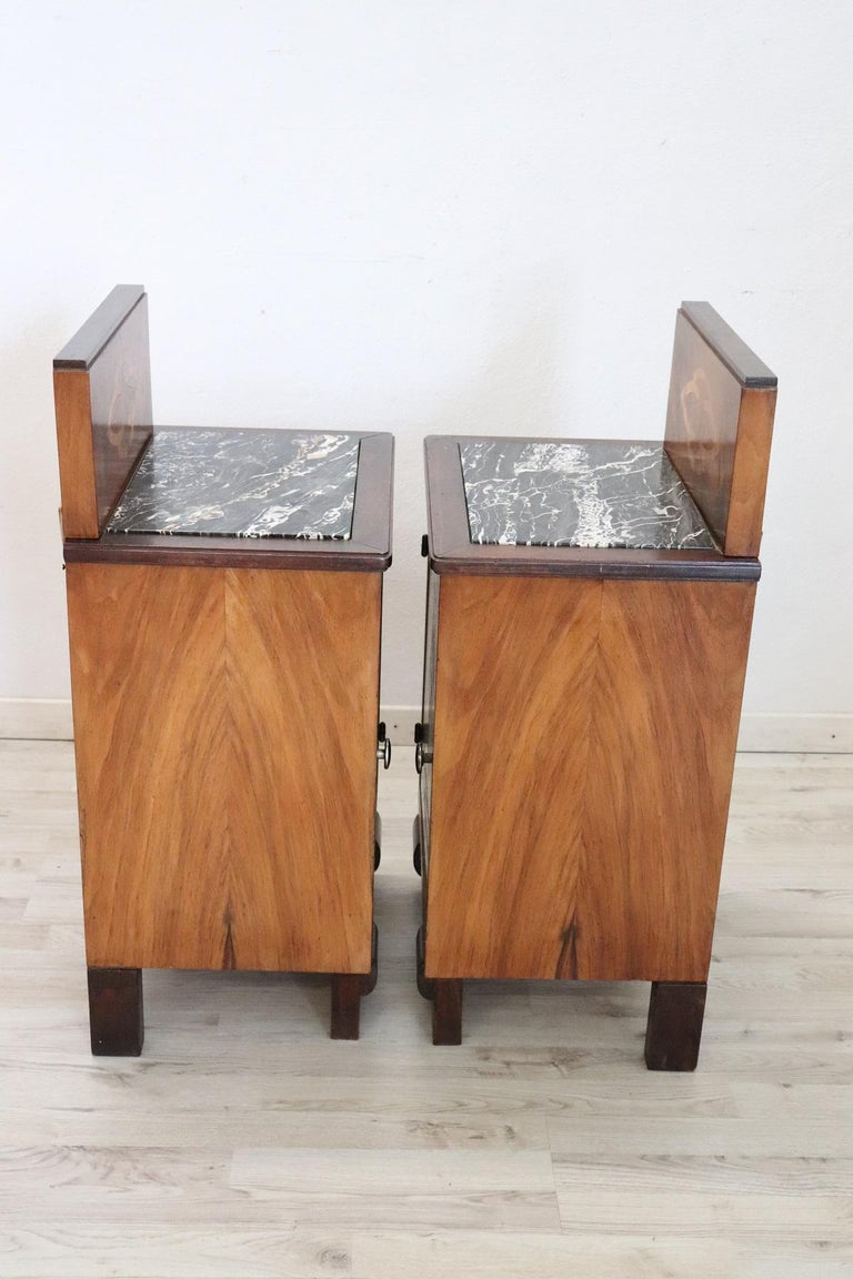 20th Century Italian Art Deco Walnut Inlaid Pair of Nightstands with Marble Top For Sale 2