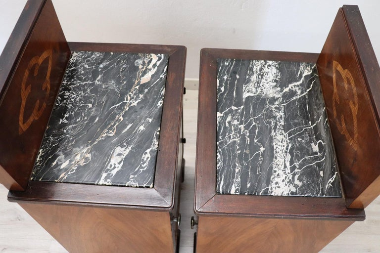 20th Century Italian Art Deco Walnut Inlaid Pair of Nightstands with Marble Top For Sale 3