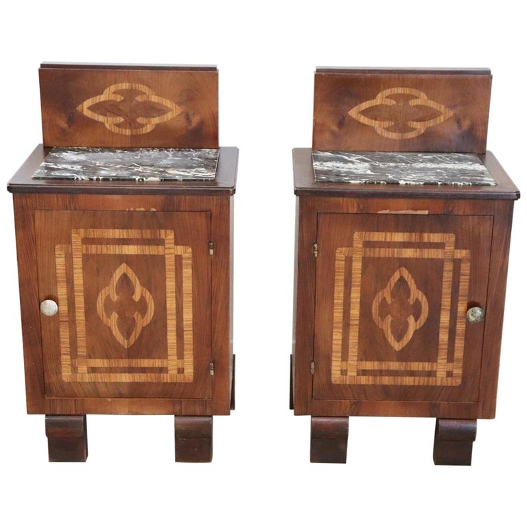 20th Century Italian Art Deco Walnut Inlaid Pair of Nightstands with Marble Top For Sale