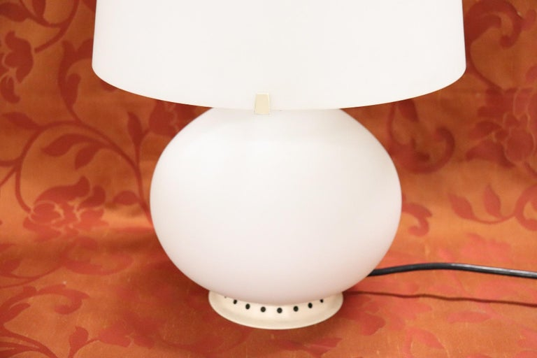 Authentic Italian blown glass table lamp. The lamp has an original label at the base and a mark on the ignition mechanism. Note that many of the other lamps on sale do not have the original brand. Italian design Fontana Arte, circa 1954. Authentic