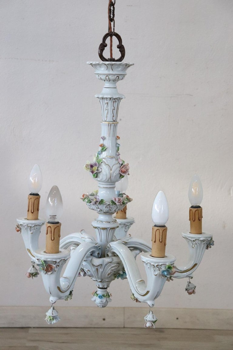 20th Century Italian Porcelain Chandelier Decorated with Flowers In Excellent Condition For Sale In Bosco Marengo, IT
