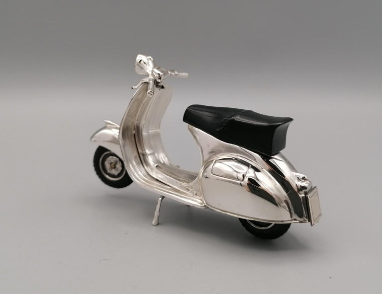 Miniature in sterling silver of the famous Vespa GS 150 produced by the Piaggio factory in pntedere - Italy - from 1955 to 1961. The saddle is enameled in black while the tires are made of rubber.