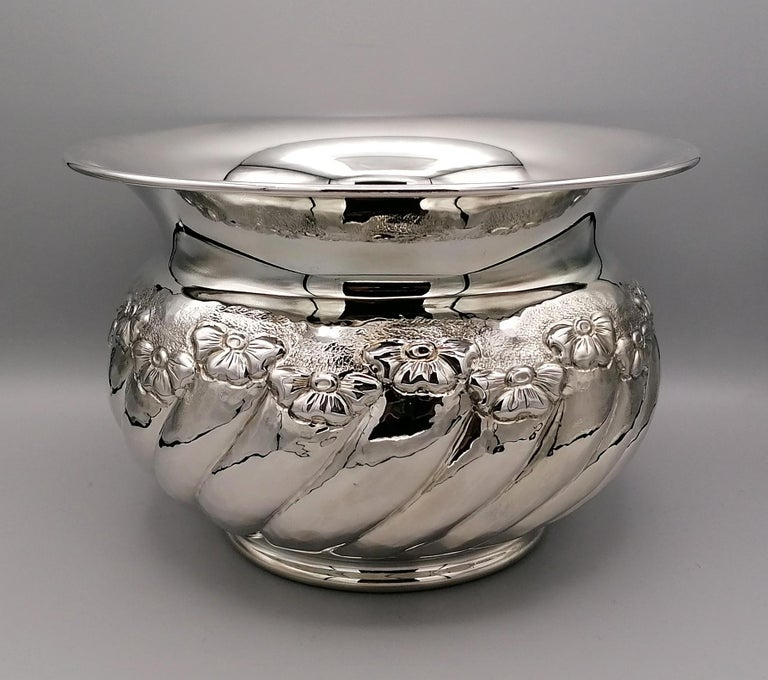 Sterling silver cachepot ceased and embossed by hand with flowers. The lightly hammered body has a tochon shape. Measure: 1,425 grams.