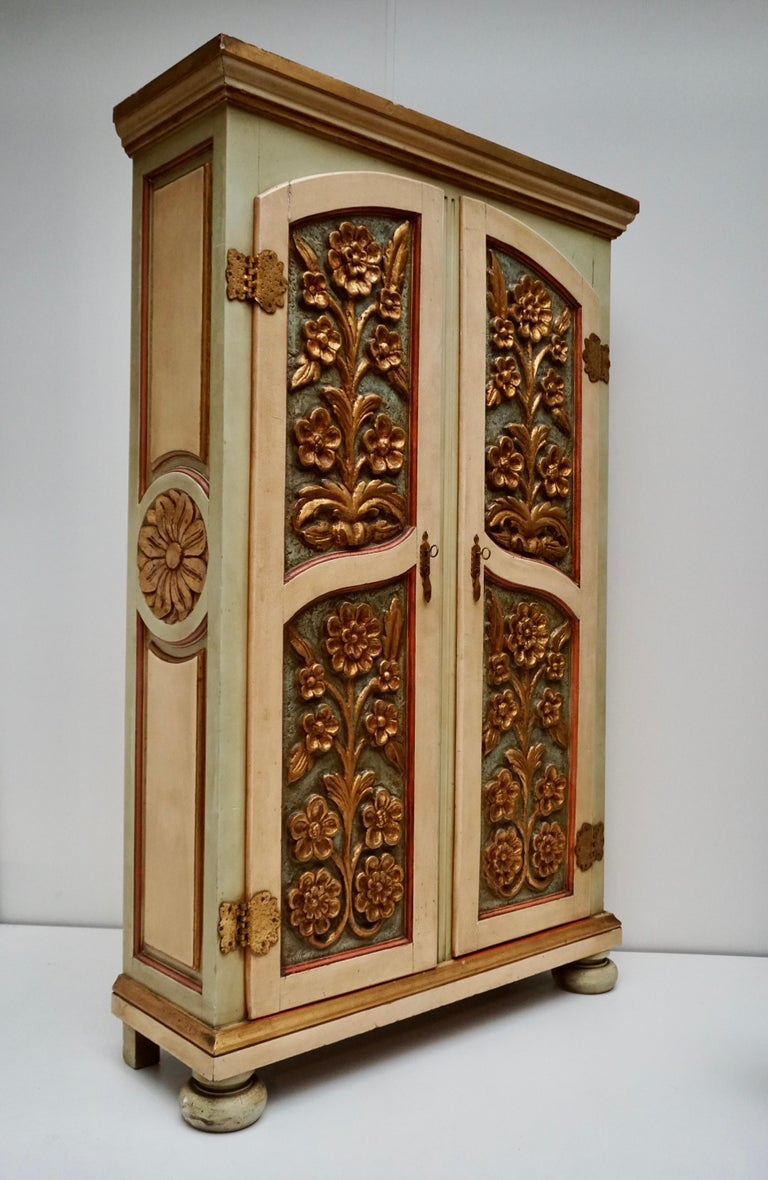 20th Century Lacquered Painted and Giltwood Italian Wardrobe, 1960 In Good Condition For Sale In Antwerp, BE