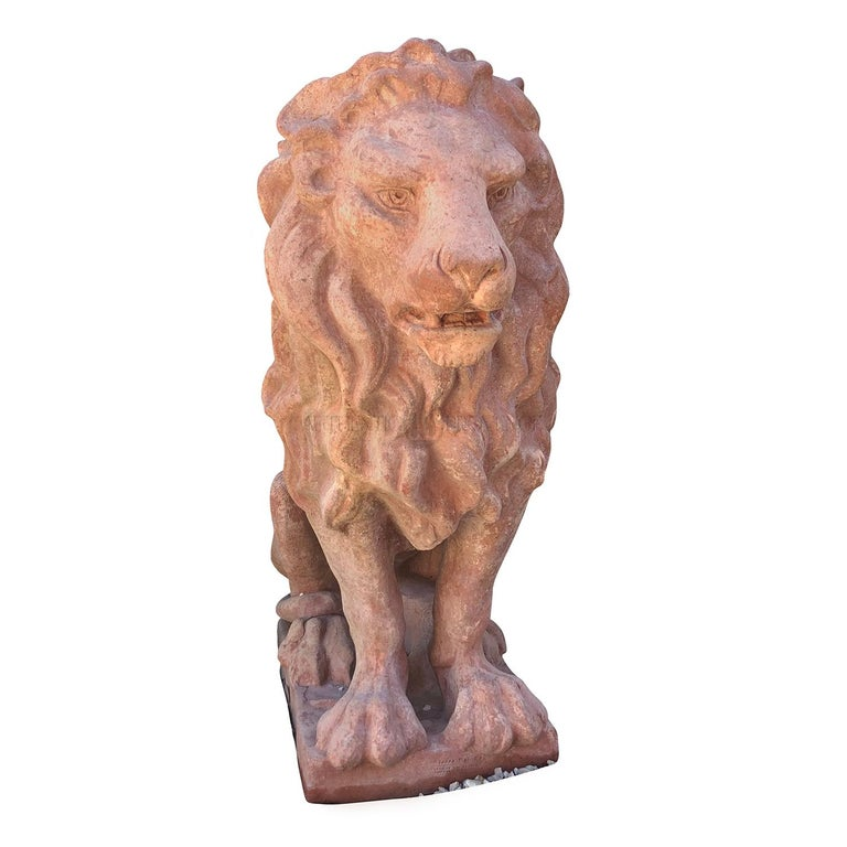 A vintage Italian classic Tuscan terracotta clay statuette of a regal lion in a guardian position, in good condition. Wear consistent with age and use, circa 1910-1920, Prov. Tuscany, Italy.