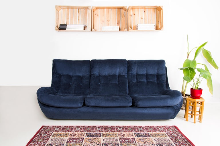 20th Century Navy Blue Velvet Atlantis Sofa, 1960s In Excellent Condition For Sale In 05-080 Hornowek, PL