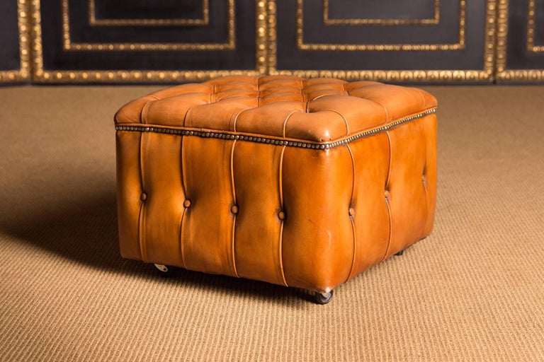 Classic, fantastic line in detail make this furniture simply unique. The seat is foldable and thus offers storage space. The Chesterfield stool is covered with genuine, finest leather. The leather is of the best quality, very easy to maintain and